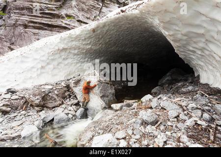 Un guide peut extraire une grotte de glace fondante en fin de saison en entrée d'Kynoch. Fjordland le nord de la Banque D'Images