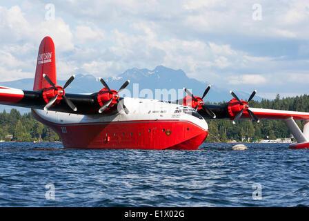 L'immense Martin Mars des bombardiers d'eau sont une attraction touristique populaire à leur base au lac Sproat Banque D'Images