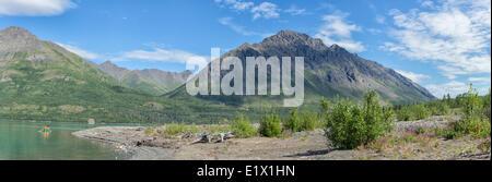 Pagayer sur le lac Louise avec Mont Worthington dans la distance, la réserve de parc national Kluane, au Yukon.