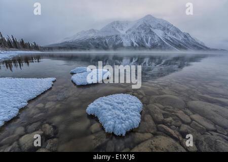S'installe en hiver au lac Kathleen dans le parc national Kluane. Roi des trônes est parrtly enveloppée de nuages Banque D'Images