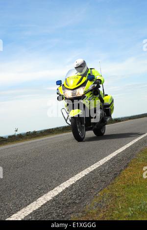 Un motard de la police sur une moto BMW R1200RT contre Ciel et nuages. L'Angleterre. Juin 2014. Banque D'Images