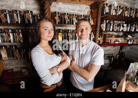 Portrait of smiling couple standing in tea store Banque D'Images