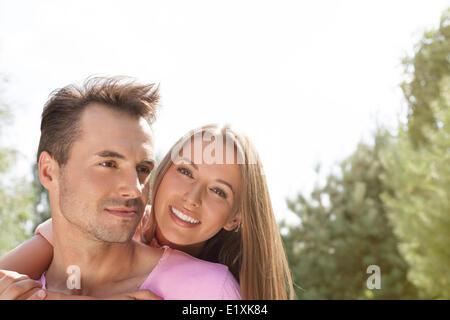Happy young couple temps de qualité dans la région de park Banque D'Images
