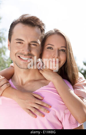 Portrait of happy young couple passer du temps de qualité à l'extérieur Banque D'Images