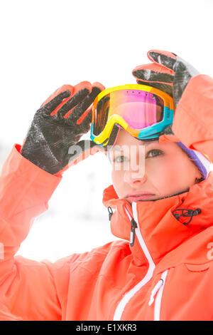 Certain jeune femme portant des lunettes de ski en plein air