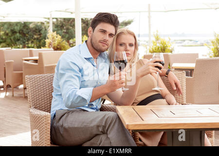 Portrait of young woman with red wine at outdoor restaurant Banque D'Images