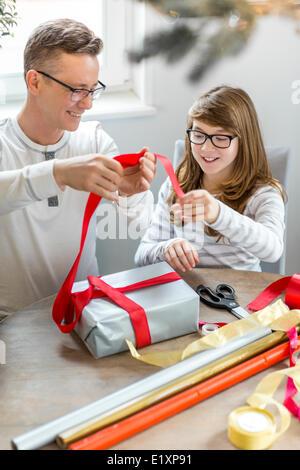 Heureux père et fille à la maison Christmas