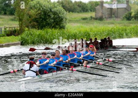 Cambridge, Cambridgeshire, Royaume-Uni. 11 Juin, 2014. Mesdames eights race sur la rivière Cam, dans la 2014 Bosses Banque D'Images