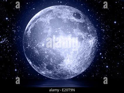 Pleine lune reflétée dans l'eau Banque D'Images