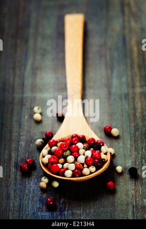 Mélange de poivre en cuillère en bois Banque D'Images