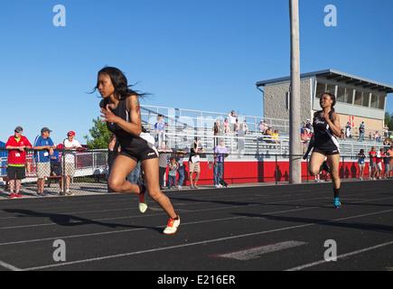 High school les athlètes concourent dans une voie et champ Répondre à Milwaukee, Wisconsin, USA. Banque D'Images