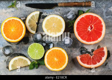 Ensemble de meubles agrumes citron, lime, orange, pamplemousse à la menthe, glace et vintage à couteau sur fond de métal. Vue d'en haut. Banque D'Images