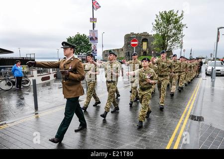 Les soldats de la North Irish Horse Regiment on parade à Carrickfergus Banque D'Images