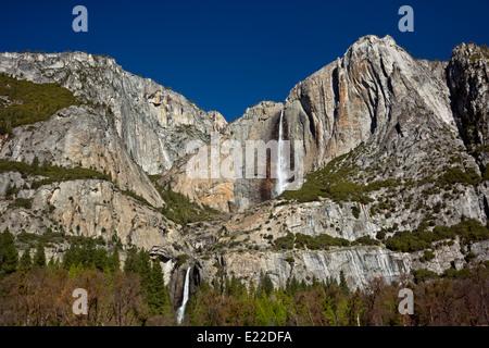 Californie - Yosemite Falls supérieure et inférieure dans le Parc National Yosemite. Banque D'Images