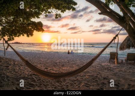 Coucher du soleil sur la plage avec hamac à Punta Mita, au Mexique. Banque D'Images