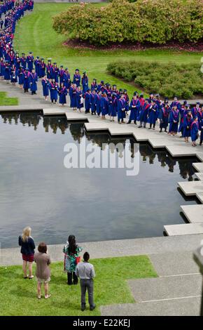 BURNABY, BC, CANADA. 12 juin 2014: premier cycle de l'Université Simon Fraser s'en tenir à l'étang dans le quadrangle Banque D'Images