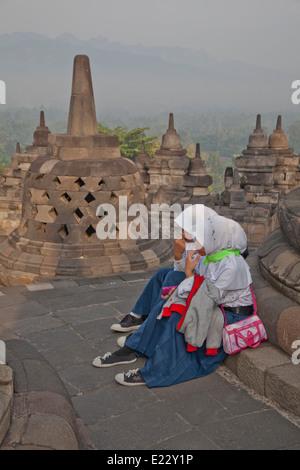 Les filles musulmanes visiter l'ancien temple bouddhiste Borobudur près de Yogyakarta, Indonésie Banque D'Images