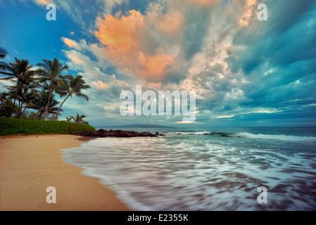 Lever du soleil, les vagues de l'océan et de palmiers sur la plage. Maui, Hawaii