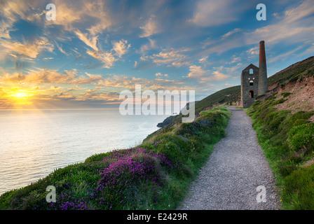 L'emblématique ruines de la papule Coates perchée sur les falaises du moteur sur la côte de Cornwall à St Agnes Banque D'Images
