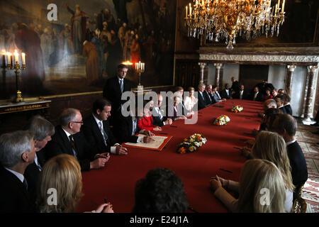 Le Premier ministre néerlandais Mark Rutte signe l'acte d'Abdication en le Mozeszaal ou Mozes salle du Palais Royal. Banque D'Images
