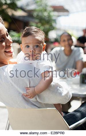 La mère, le fils et l'ami à la terrasse d'un café Banque D'Images