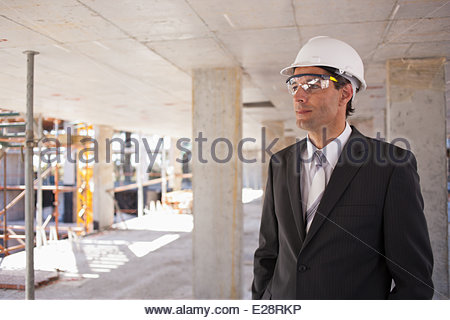 Businessman in hard-hat on construction site Banque D'Images