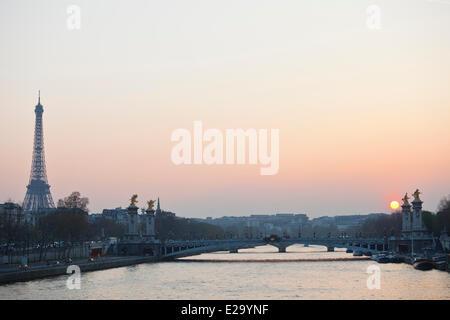 France, Paris, quais de Seine, inscrits au Patrimoine Mondial par l'UNESCO, la Seine et la Tour Eiffel Banque D'Images