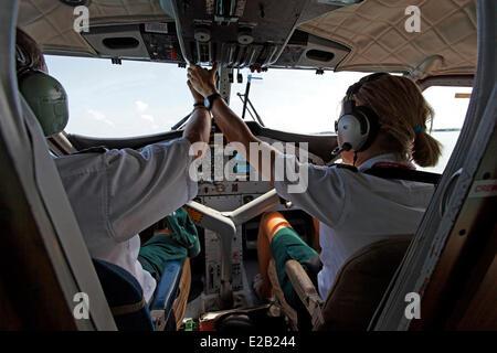 Les Maldives, hydravion de Maldivian Air Taxi Company, pilote au cours de procédure de décollage Banque D'Images