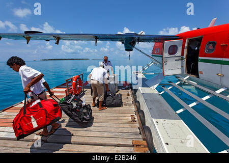 Les Maldives, hydravion de Maldivian Air Taxi Company, décharger les bagages Banque D'Images