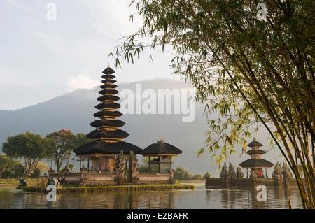 L'INDONÉSIE, Bali, près de Bedugul, temple Pura Ulun Danu Bratan lake au lever du soleil Banque D'Images