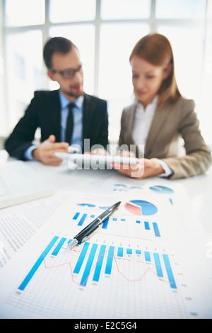 Image de document et stylo à travail et partenaires d'affaires de réseautage sur l'arrière-plan Banque D'Images