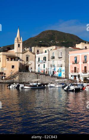 Italie, Sicile, îles Éoliennes, inscrite au Patrimoine Mondial de l'UNESCO, l'île de Lipari, le port de Marina Corta Banque D'Images
