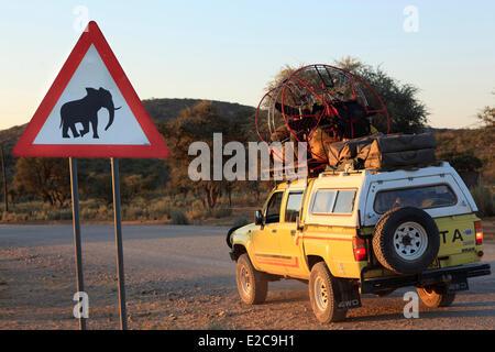 La Namibie, région de Kunene Kaokoland, Kaokoveld, en voie de disparition ou d'experts sur l'éléphant d'une piste Banque D'Images