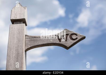 Panneau en bois sur fond de ciel bleu. Banque D'Images