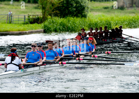 Cambridge peut bosses, Darwin College chasing Lady Margaret Boat Club chers huit Banque D'Images