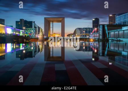 La Grande Arche de la Défense, et les édifices modernes de la Défense, Paris France