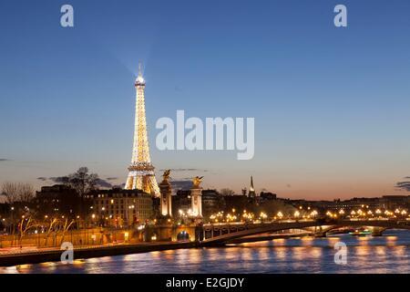 France Paris quais de Seine classés au Patrimoine Mondial par l'UNESCO la Tour Eiffel illuminée (⌐ SETE-illuminations Banque D'Images