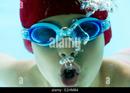 Boy swimming underwater, portrait Banque D'Images