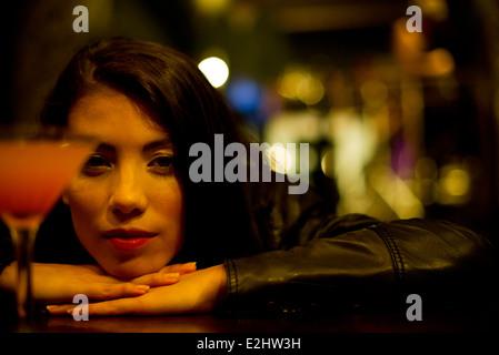 Femme boire seul Banque D'Images