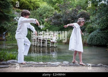 Enfants jouant à l'extérieur faire-croire Banque D'Images