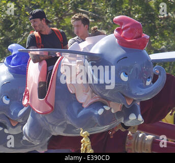 David et Victoria Beckham passer du temps de qualité avec leurs enfants à Disneyland. La célèbre famille a passé Banque D'Images