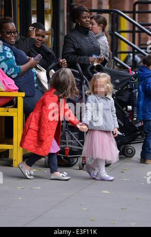 Jason Hoppy sur l'école courir pour aller chercher sa fille tabouret avec son propre jouet poussette et Minnie doll Banque D'Images