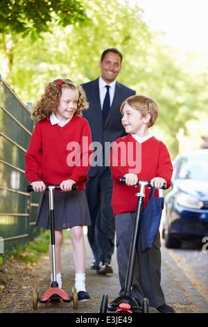 La Trottinette, les enfants sur le chemin de l'école avec le Père