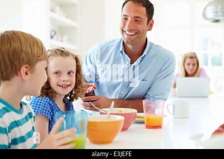 Prendre le petit déjeuner dans la famille Ensemble de cuisine Banque D'Images