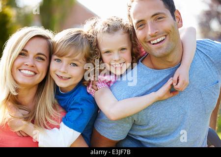 Donner aux enfants les parents en ferroutage Jardin Banque D'Images
