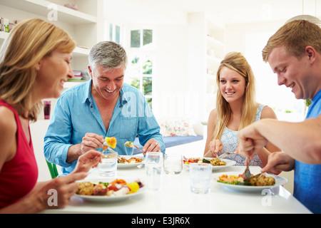 Famille avec adolescents Repas manger ensemble, à la maison Banque D'Images