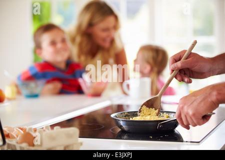 Close Up of père préparer le petit-déjeuner dans la cuisine familiale Banque D'Images