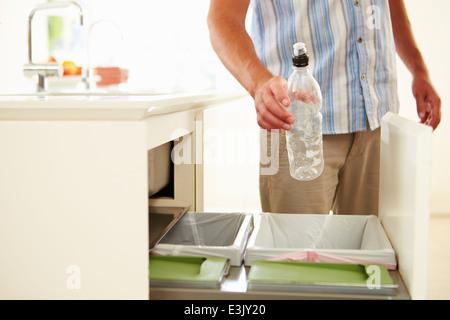 Close Up of Man Le recyclage des déchets de cuisine dans le bac Banque D'Images