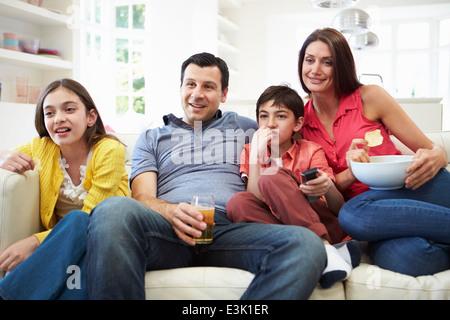 Hispanic Family Sitting on Sofa à regarder la télévision ensemble Banque D'Images