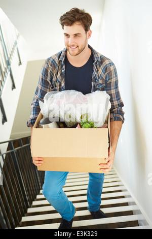 L'homme dans de nouveaux Accueil Boîte de transport à l'étage Banque D'Images
